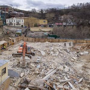 Фоторепортаж: На Андреевском спуске снесли здание XIX века — Фоторепортаж на The Village Україна