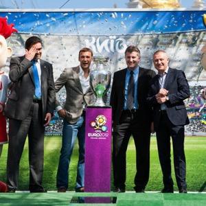 Сегодня и завтра можно сфотографироваться с Кубком Анри Делоне — Євро-2012 на The Village Україна