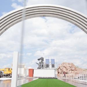 Под аркой Дружбы Народов открывают «Европейский городок» — Євро-2012 на The Village Україна