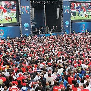 Фан-зона Евро-2012: Три больших экрана и рестораны «Козырной карты» на Крещатике — Євро-2012 на The Village Україна