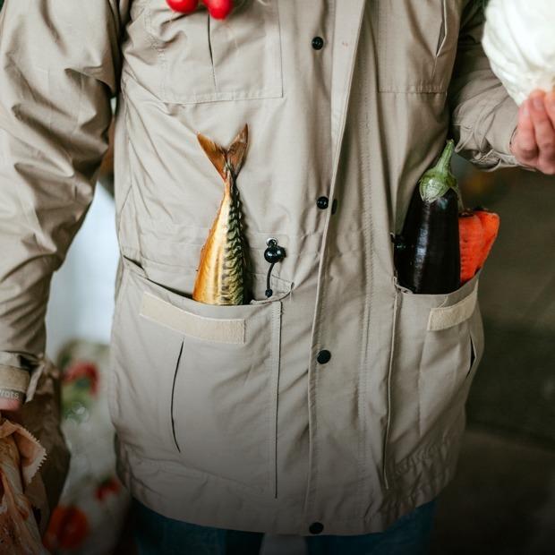 «Оселедець в кишені» на Житньому ринку: Абсурдний фотопроект про шкоду пакетів  — Галерея на The Village Україна