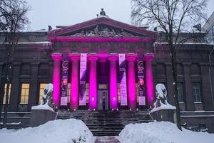 Чому Національний художній музей і ТРЦ Gulliver підсвітили кольором маджента