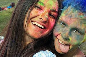Вогнали в краску: В Киеве прошёл фестиваль «Холи»