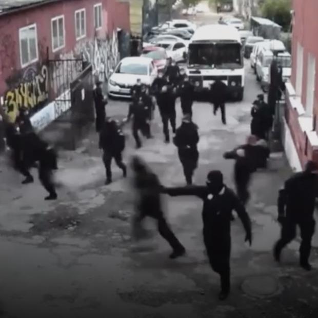 За рейд поліції на Closer порушили кримінальну справу. Відтворюємо хроніку подій — Ситуація на The Village Україна