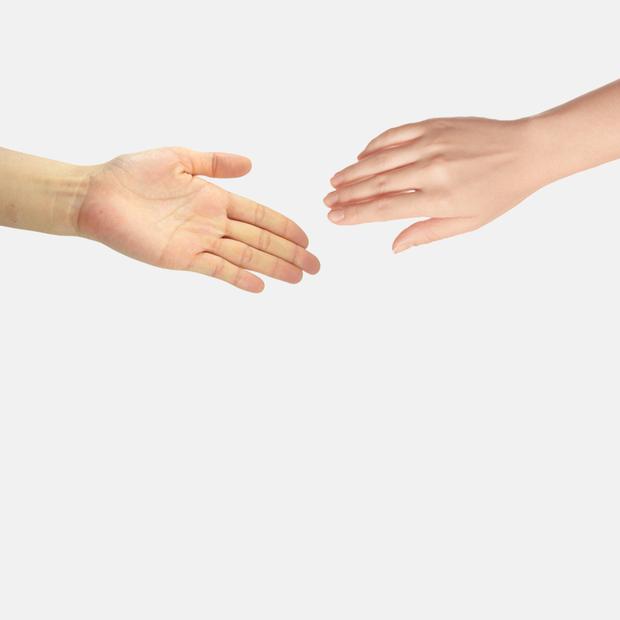 Чому потрібно тиснути руку жінкам під час зустрічі? — Ділова етика на The Village Україна