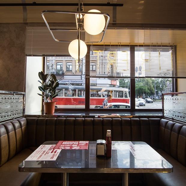 Бургери від шефа та неаполітанська піца у Liberty Diner на Контрактовій площі — Нове місце на The Village Україна