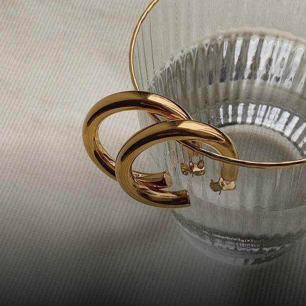 Золоті ланцюги та наївна біжутерія: 10 трендових прикрас та як їх поєднувати