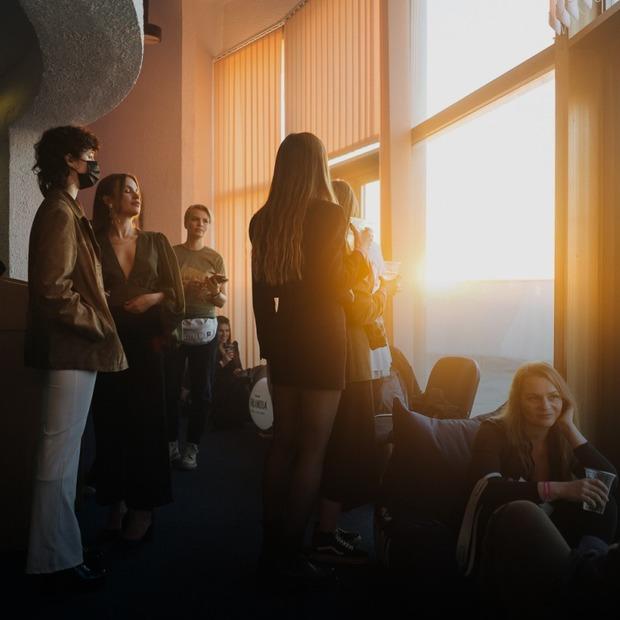 У готелі «Салют» відбулася вечірка від Save Kyiv Modernism: дивіться, як це було — Фоторепортаж на The Village Україна