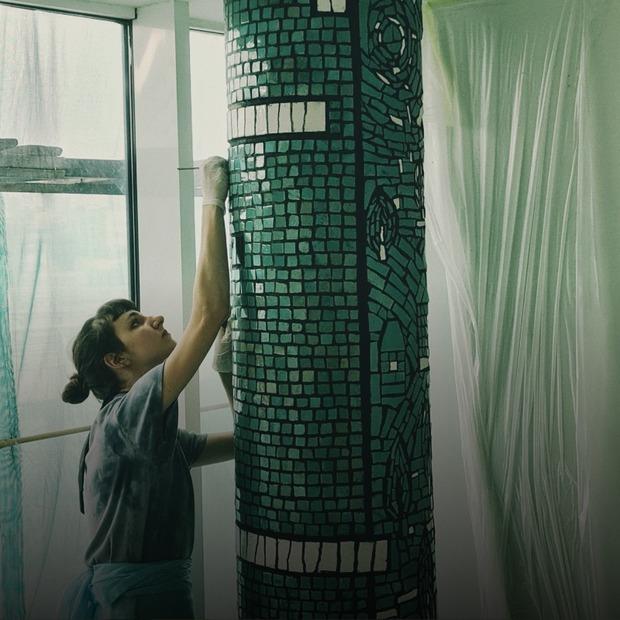 На Центральному автовокзалі відреставрували мозаїки художників-модерністів. Як це було  — Фоторепортаж на The Village Україна