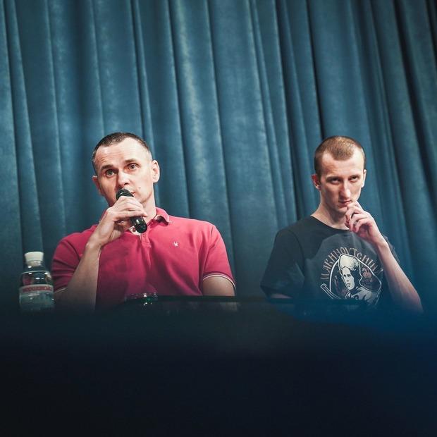 «День звільнення – один із тих, заради яких варто жити»: Сенцов та Кольченко в Українському домі  — Місто на The Village Україна
