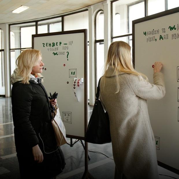 Чому в метро встановили інсталяцію з питаннями про гендер  — Є питання на The Village Україна