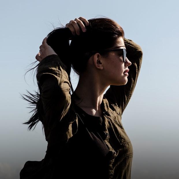 Збирати довге волосся у хвіст у тісних приміщеннях і транспорті
