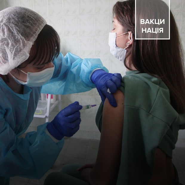 Дві хвилини – і щеплений. Один день із вакцинації від COVID-19 вчителів Подільського району   — COVID-19 на The Village Україна