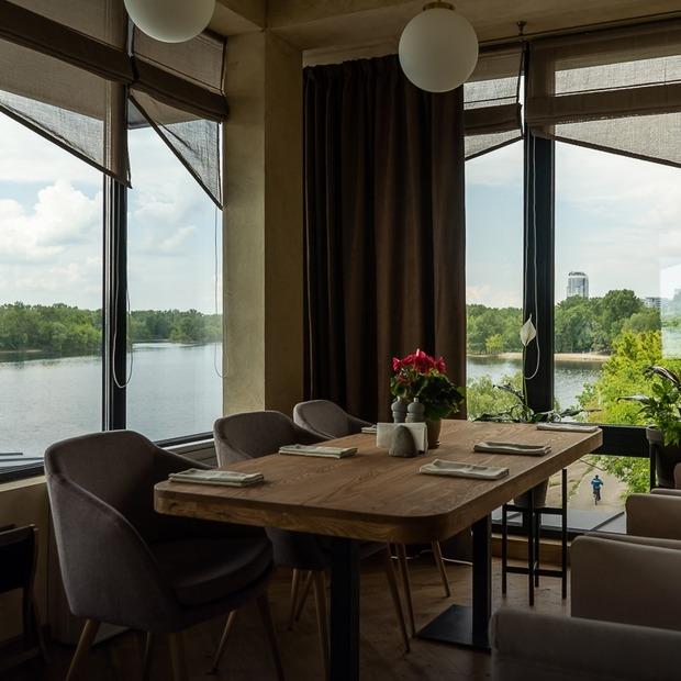 Сімейний ресторан River Grill на Русанівській набережній