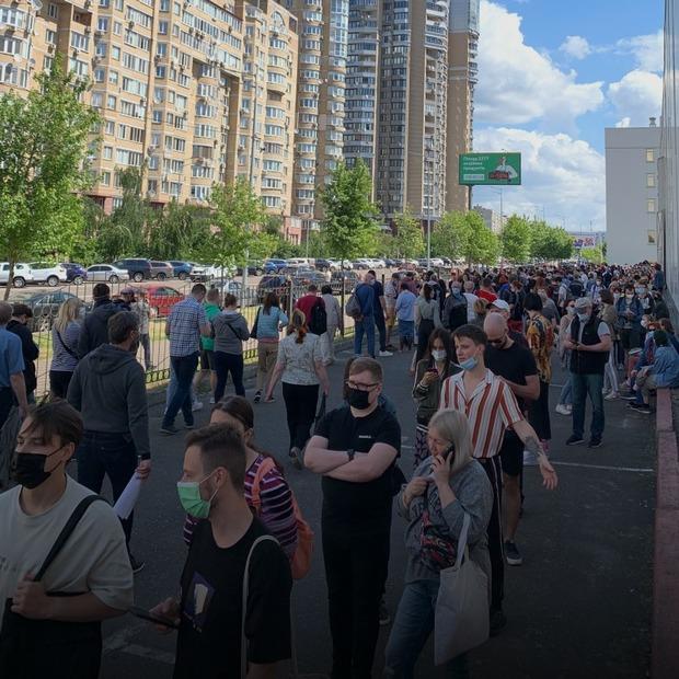 5 годин у черзі. Репортаж з вакцинації у МВЦ на «Лівобережній»  — Репортаж на The Village Україна