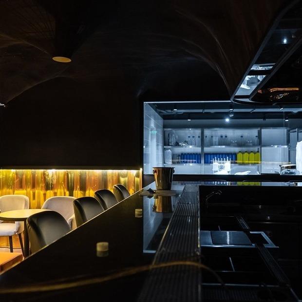 Прозорі коктейлі та вареники з олениною у FULL Bar — Нове місце на The Village Україна