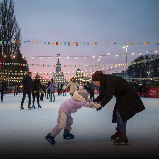 «Зимова Країна на ВДНГ»: фабрика ялинкових прикрас, крижані скульптури та святкова фотозона