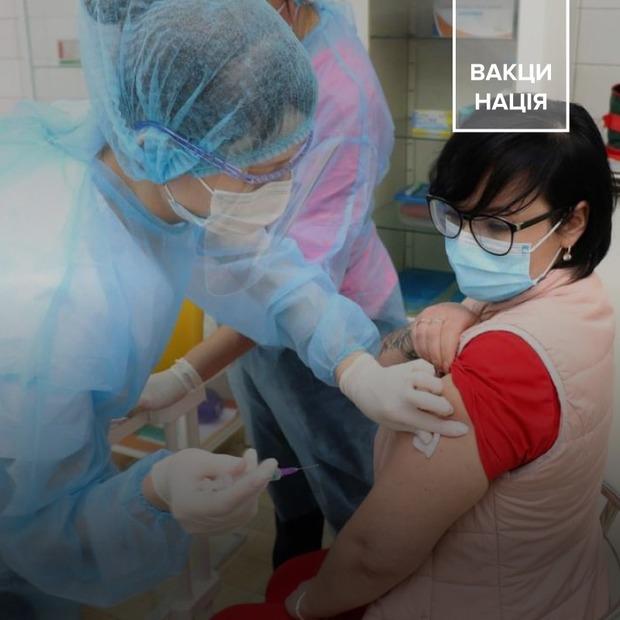 Це медики, які вакцинувалися від COVID-19 в Україні  — COVID-19 на The Village Україна