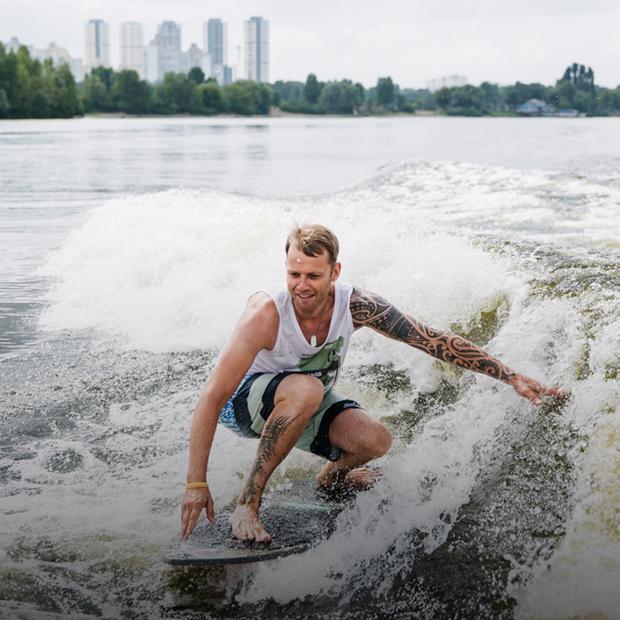 Київські вейксерфери: хто і чому ловить хвилі на Дніпрі — Люди в місті на The Village Україна