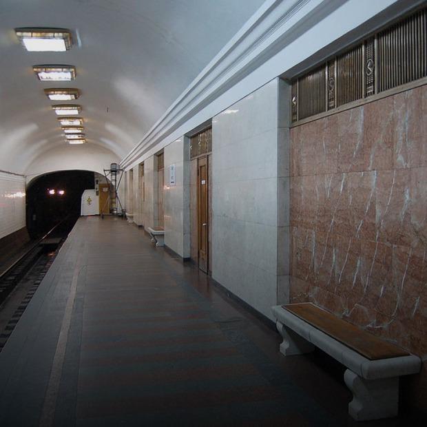 Двері на «Арсенальній» замінили на металеві, хоча це пам'ятка архітектури. Чи були альтернативи — Є питання на The Village Україна