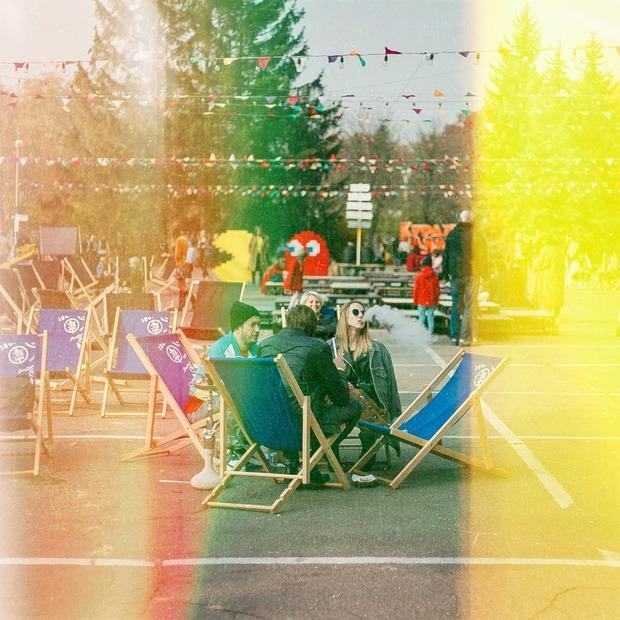 Як це було: осіння вечірка «Кураж Базар» у стилі 90-х — Фоторепортаж на The Village Україна