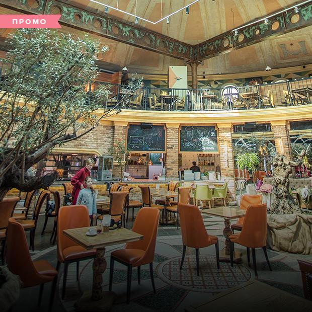 Кінопокази і аргентинський гриль на терасі Tref cinema café в Одесі  — Літня кухня на The Village Україна