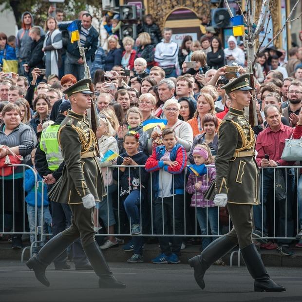 «Добре слово та пістолет». Чи потрібен військовий парад на День Незалежності — Є питання на The Village Україна