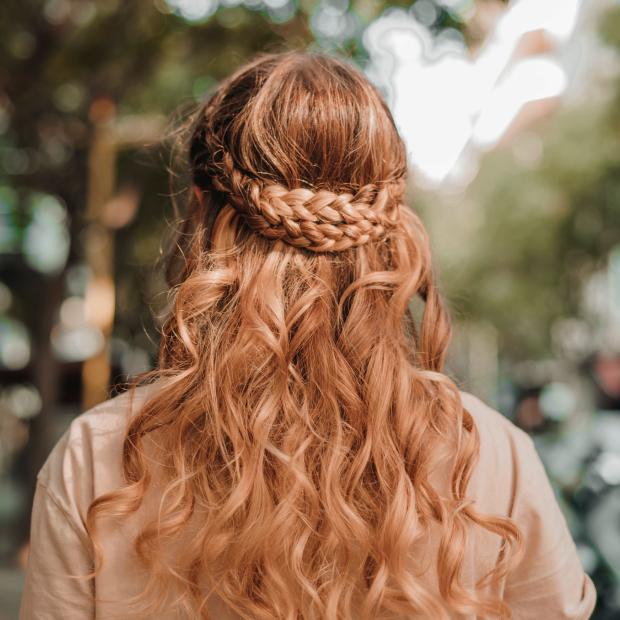Коси, пучки, хвости: 16 ідей для зачісок, які можна зробити вдома  — Гід The Village на The Village Україна