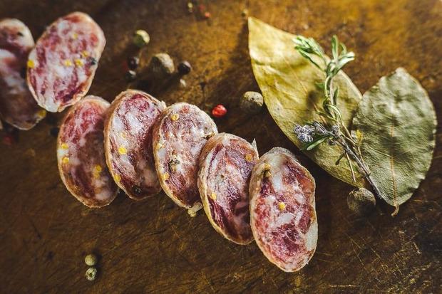 «Тьотя Мотя»: Як локальному виробнику ковбаси потрапити на полиці супермаркету — Бізнес на The Village Україна