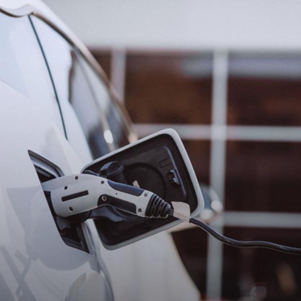 Електромобілі справді екологічні? Пояснює експертка — Еко на The Village Україна