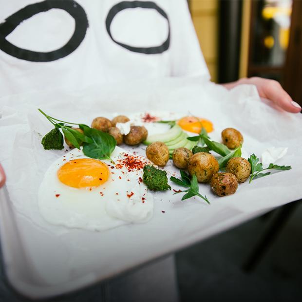 «Білий шум»: сніданок, обід і вечеря у міському кафе на Подолі — Нове місце на The Village Україна