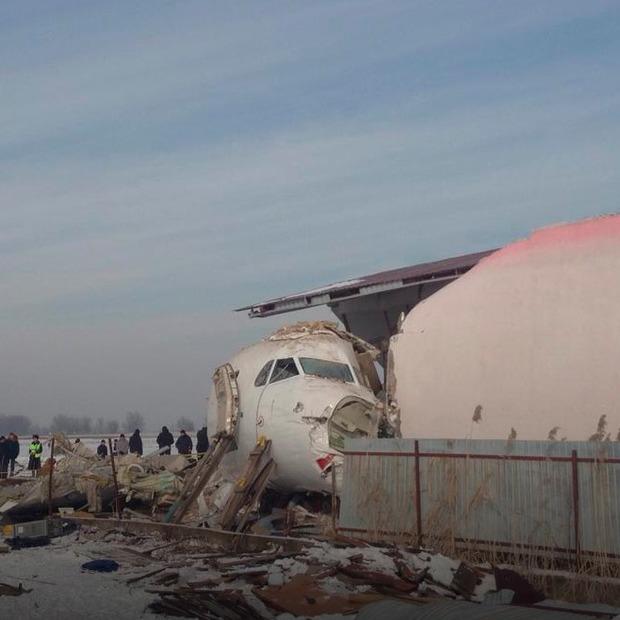 «Я бачив, як стіни літака скручуються, ніби папірці». Ми пережили авіакатастрофу — Власний досвід на The Village Україна