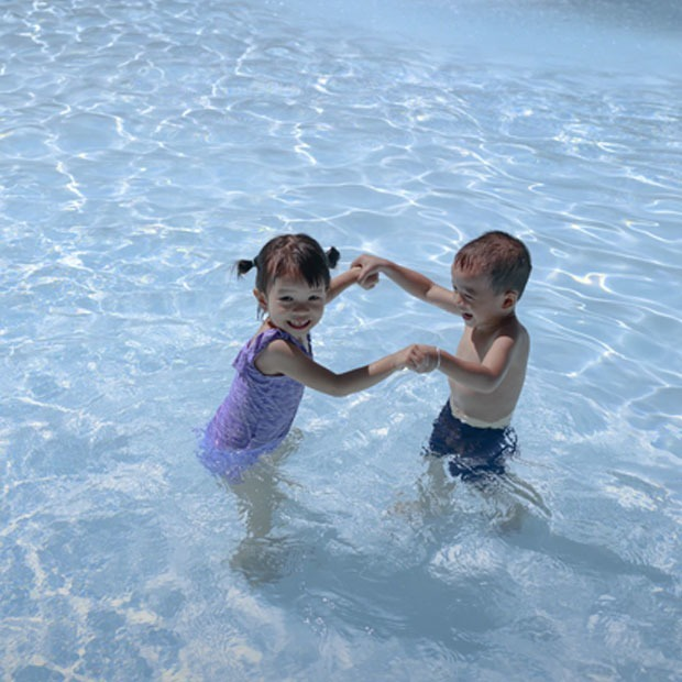 Відпочинок з дитиною біля басейну: правила поведінки та перша допомога — Дитяче питання на The Village Україна