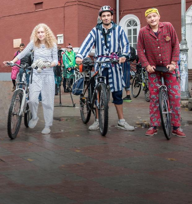 Люди в городе: участники велопарада в пижамах — Галереї на The Village Україна