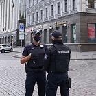 Фото з місця події: Чоловік захопив заручницю та погрожував підірвати відділення банку
