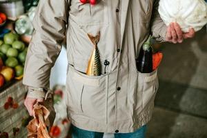 «Оселедець в кишені» на Житньому ринку: Абсурдний фотопроект про шкоду пакетів