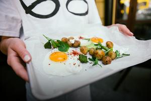 «Білий шум»: сніданок, обід і вечеря у міському кафе на Подолі