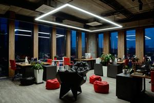 Новий офіс BBDO: зелений газон, вугільна стіна та сортувальні баки