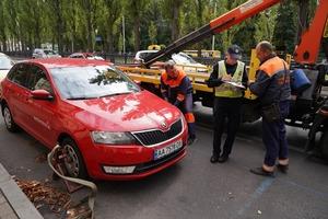 «Тут що, не можна стояти?». Як інспектори з паркування штрафують порушників у Києві
