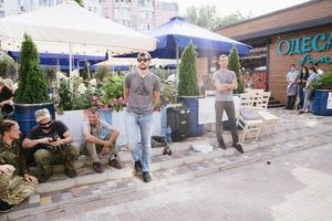 Сквер чи ресторан: чому біля закладу на Контрактовій встановили намет і кілька днів протестують