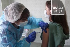 Дві хвилини – і щеплений. Один день із вакцинації від COVID-19 вчителів Подільського району