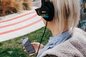 Історії в навушниках: 8 українських подкастів про музику, культуру та політику
