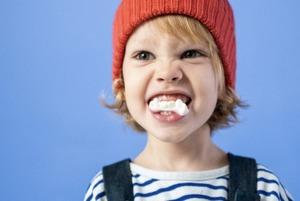 Скрегіт зубами, кусання нігтів, жування олівця. Що таке бруксизм та як із ним боротися