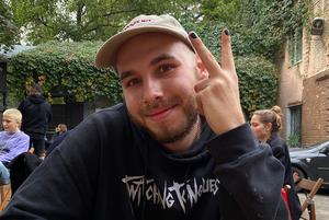«Не обов'язково бути геєм або музикантом»: це чоловіки, які фарбують нігті