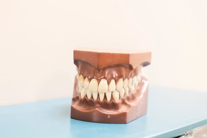 Чи потрібно користуватися зубною ниткою?