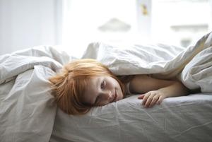 Під ковдрою спекотно, а без неї холодно. Як обрати постіль?