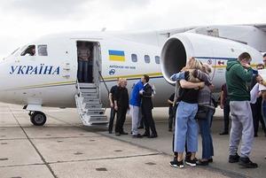 «Я досі не вірю»: як зустрічали українських полонених у Борисполі