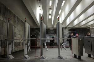 Чому нові турнікети в метро такі високі
