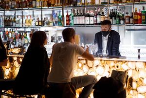 На будь-який смак: класична коктейльна карта, DJ-сети та японський алкоголь у барі Fenix