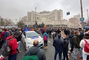 Під КСУ протестують проти рішення суду, яке загрожує антикорупційним органам